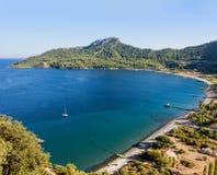 La bahía hermosa con turquesa riega, playa arenosa rodeada con imagen de archivo libre de regalías