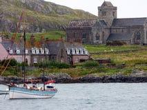 La bahía, la abadía benedictina de Iona y casa de los obispos, isla de Iona, Scot Fotografía de archivo libre de regalías