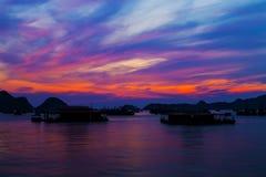 La bahía larga de la ha, espejos de las siluetas de Cat Ba Island aúlla en las montañas de la puesta del sol imágenes de archivo libres de regalías