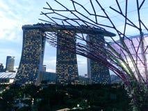 La bahía del puerto deportivo enarena el hotel Singapur Fotos de archivo