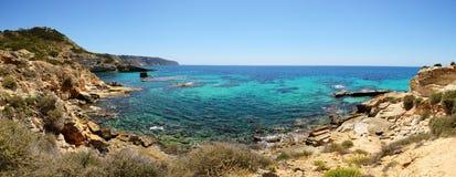 La bahía y la turquesa riegan en la isla de Mallorca Fotografía de archivo