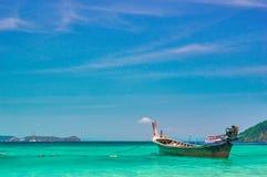 La baia del mare con acqua del turchese ed i pescherecci di legno sotto il cielo luminoso abbelliscono il fondo Cielo blu, spazio Immagini Stock Libere da Diritti