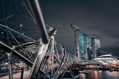 La baia del porticciolo insabbia l'hotel alla notte dal ponte dell'elica Fotografia Stock Libera da Diritti