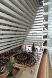 La baia del porticciolo insabbia l'hotel di località di soggiorno Immagini Stock Libere da Diritti