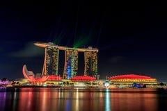 La baia del porticciolo insabbia Singapore entro la notte Fotografia Stock Libera da Diritti
