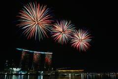 La baia del porticciolo smeriglia la visualizzazione dei fuochi d'artificio Fotografia Stock