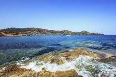 La baia di Agay in Esterel oscilla la costa ed il mare della spiaggia Cote Azur, provato fotografia stock libera da diritti
