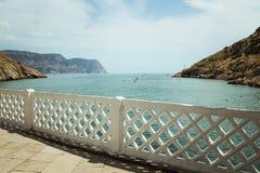 La baia di Balaklava e le rovine del cembalo genovese della fortezza Balaklava, Crimea La gente ammira il mare immagine stock libera da diritti