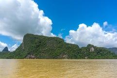 La baia di Phang Nga si trova fra il continente del ` s della Tailandia e l'isola del sud di Phuket Immagine Stock Libera da Diritti