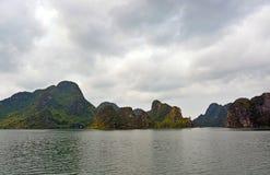 La baia pittoresca di Halong con è affioramenti rocciosi & isole famosi Immagine Stock Libera da Diritti