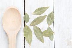 La baia secca va su un fondo bianco di legno Disposizione piana Fotografia Stock Libera da Diritti