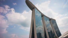 La baie célèbre de marina de jour ensoleillé ponce le laps de temps du panorama 4k d'hôtel Singapour banque de vidéos