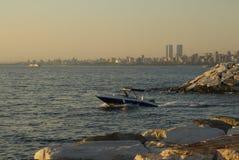 La baie de mer avec des pierres, yacht simple en mer Photos stock