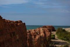 La baie de yacht - briques dans le mur - voir la côte image stock