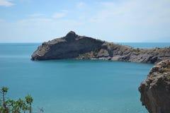 La baie et la montagne aiment un dauphin Photographie stock libre de droits