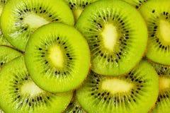La baie utile de délicatesse de kiwi est chair fraîche et mûre mangée verte ou jaune, utilisé pour la préparation des marinades,  images libres de droits