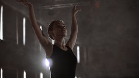 La bailarina agraciada de la mujer en un vestido oscuro en una etapa oscura del teatro en el humo realiza movimientos de la danza almacen de metraje de vídeo