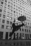 La bailarina con el paraguas en la calle de la ciudad debajo del agua cae Fotos de archivo libres de regalías