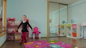 La bailarina de la niña se cayó