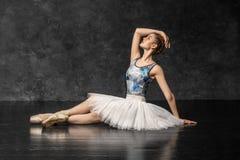 La bailarina demuestra habilidades de la danza Ballet clásico hermoso fotos de archivo libres de regalías