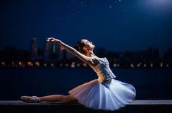 La bailarina en el fondo de la ciudad de la noche Fotos de archivo