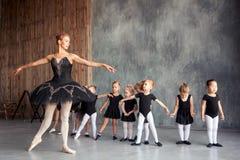 La bailarina enseña a muchachas foto de archivo
