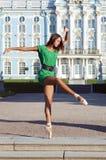 La bailarina está bailando cerca del palacio Imagen de archivo
