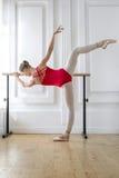 La bailarina está entrenando en la barra imagen de archivo libre de regalías