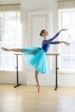 La bailarina está entrenando en pasillo fotografía de archivo libre de regalías