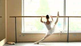 La bailarina está practicando en el estudio, visión trasera metrajes