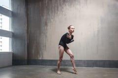 La bailarina ha congelado y se abraza en un pasillo frío fotografía de archivo libre de regalías