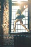 La bailarina hermosa joven está presentando en el estudio del vintage Fotografía de archivo libre de regalías