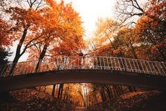 La bailarina joven está bailando en el parque del otoño por la mañana Imagen de archivo libre de regalías