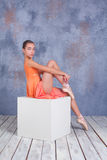 La bailarina joven que presenta en estudio Fotografía de archivo