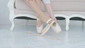 La bailarina saca los zapatos del pointe de sus pies almacen de metraje de vídeo
