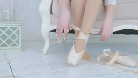 La bailarina saca los zapatos del pointe de sus pies almacen de video