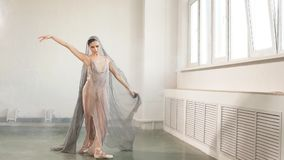 La bailarina vestida en vestido esc?nico, est? bailando en el estudio Ballet y arte del cuerpo almacen de metraje de vídeo
