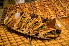 La baklava turque a fait de la pâtisserie, des écrous et du miel minces, fond de nourriture photos stock