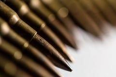 La bala de cobre amarillo del metal del primer se alineó en fila como criminal, crimen, Fotografía de archivo libre de regalías