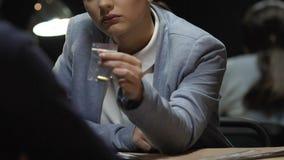 La bala que muestra detective a sospechado y el ofrecimiento añaden al expediente de caso, confesión metrajes
