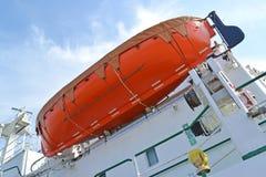 La baleinière d'économie à bord du navire de mer, la vue inférieure Photographie stock libre de droits