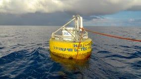 La balise de détection de tsunami de la Thaïlande flotte en mer d'Andaman image libre de droits