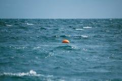 La balise flotte en mer Photographie stock libre de droits
