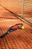 La balle de tennis et la raquette sont près de la verticale de filet photo libre de droits