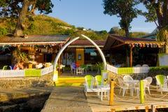 La ballena provee de costillas la formación de la entrada a un restaurante de la costa en el Caribe Imagen de archivo
