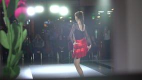 La ballerina ballante della ragazza che danccing, ballerino professionista della bella donna femminile in vestito rosso esegue il video d archivio