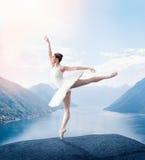 La ballerina della tolleranza tiene lo scaffale in studio Fotografie Stock Libere da Diritti