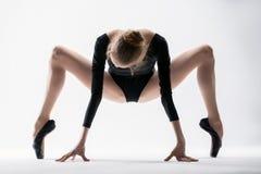 La ballerina graziosa fa l'allungamento Immagini Stock