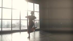 La ballerina graziosa fa un salto in alto siluetta del ballerino di balletto sopra nei raggi del tramonto archivi video
