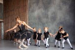 La ballerina insegna alle ragazze Fotografia Stock Libera da Diritti